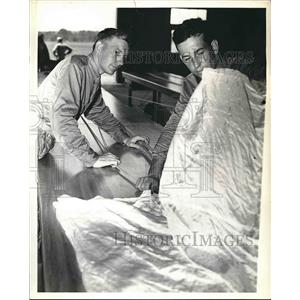 1941 Press Photo parachute troops looking over fabric of a chute - nea55550