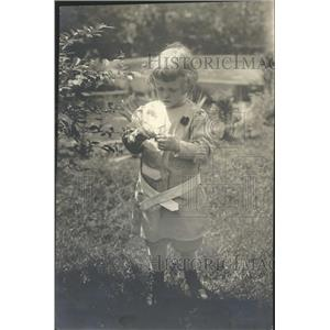 1919 Press Photo Child examines tree leaf - RRT64299