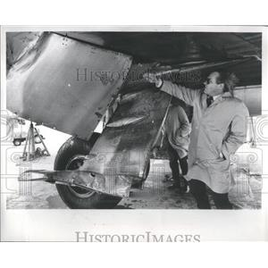 1979 Press Photo Langhorne Bond, FAA inspects plane - RRS84835