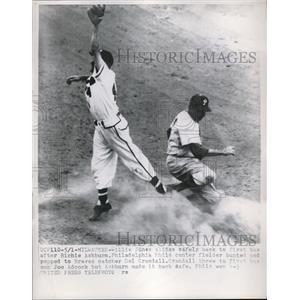 1954 Press Photo Willie Jones Slides Safely Back To 1st Base After Phillies