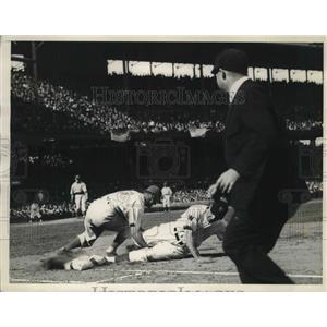 1937 Press Photo Umpire Bill McGowan call Chapman of Senator is safe at 1st Base