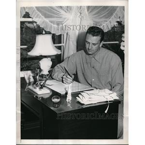 1947 Press Photo Alhambra, Calif. Pirate outfielder Ralph Kiner answers fan mail