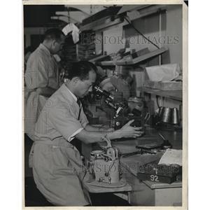 1944 Press Photo Kelly Yamada, skilled optical tecnician, at a Peoria, IL plant