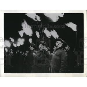 1941 Press Photo Australian Veterans Hold Torches at WWI Memorial in Sydney