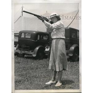 1938 Press Photo Lordship Conn Mrs Glenna Collett Vare at skeet at Remington clu