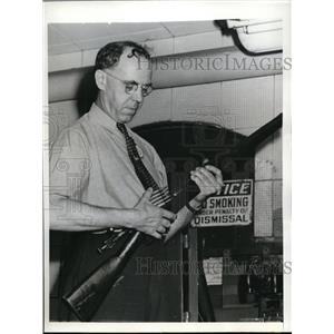 1943 Press Photo Fred O Kuhn Tests Small Arms In Remington Arms Co. In Bridgepor