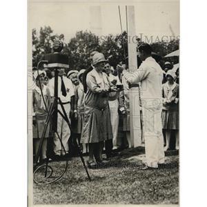 1929 Press Photo Mrs Hoover gives trophy to Jog=hn C Jackson for 4-H Clubs