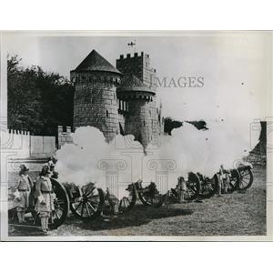 1934 Press Photo Aldershot Tattoo Rehearshal, England Barricks, Artillery Action