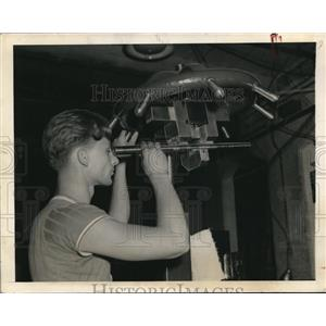 1940 Press Photo Building rifles in Springfield Armory, shows Leslie Coventry,
