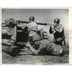 1943 Press Photo Ft Warren, Wyo soldiers with new bazookas fro armored