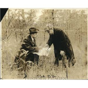 1919 Press Photo Arthur Reeve, JH Duckworth at site a body was found
