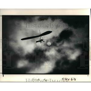 1991 Press Photo Bill Lefelhoc flies his hang glider above Edgewater Park