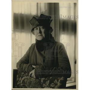 1918 Press Photo McClure newspaper fashion reporter at a show