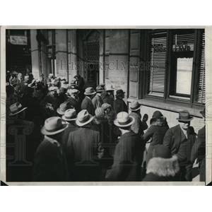 1933 Press Photo Cleveland depositors at Natl City Banl limited withdrawls