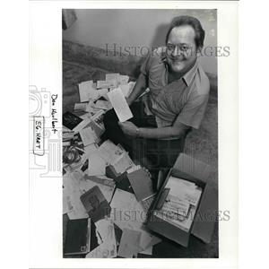 1987 Press Photo Dan Hurlbert displays the 300 cards received for Christmas