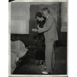 1933 Press Photo Grief Stricken People Arriving To Morgue - nee03362