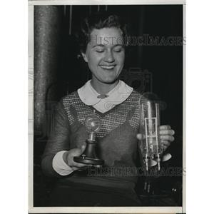 1932 Press Photo D.K. Wright deigned a new Bi-Post 1000 watt lamp, Dorothy Mahon