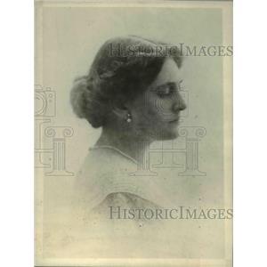 1918 Press Photo Mrs. D. Lorne McGibbon spends time the Great War Relief Bazaar