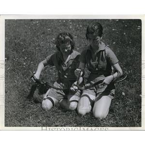 1924 Press Photo Camp Fire Girls Jean Ashel & Ruth White & snakes - nee13578