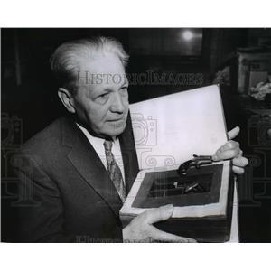 1955 Press Photo Chicago Customs collector Frank Peska & antique pistols