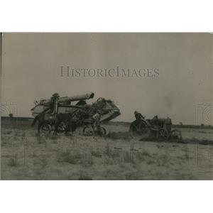 1919 Press Photo A threshing machine & tractor in a farm field