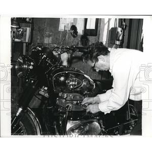 1970 Press Photo Thersa Wallach Working on Bike in Her Shop in Chicago