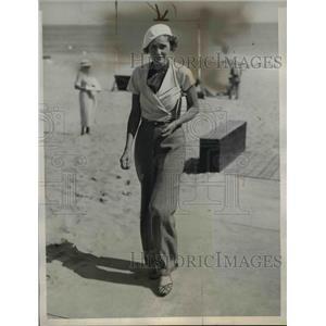 1934 Press Photo of Miss Hazel Nichols on vacation in Palm Beach, FL.