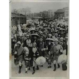 1935 Press Photo Clad in travel costume from Nihonsashi to Tokyo, Japan