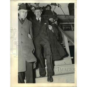 1937 Press Photo Hugo L Black exits the S.S. City of Norfolk, Virginia