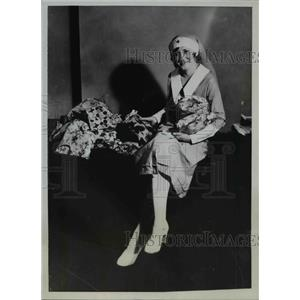 1933 Press Photo Miss Anne Neil Red Cross Canteen Girl Packing Christmas Bags