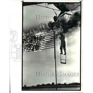 1986 Press Photo Johnny Kazian dangles from ladder below piper super cub