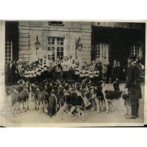1930 Press Photo Msgr. Dourlent blessing hounds at Baron de Rothschild estate