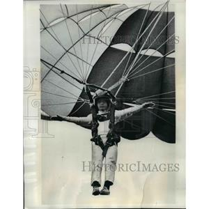 1970 Press Photo Nagoya Japan Its called parasail and this boy sails through air