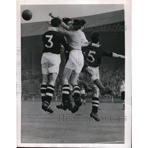 1952 Press Photo Jim Ritchie Scotch goalie vs English Tom Stewart, Bob Caldwell