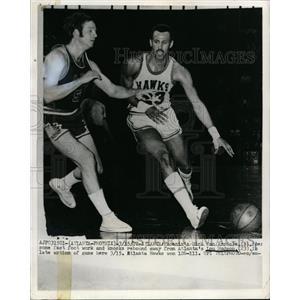 1970 Press Photo Phoenix's Dick Van Arssale vs Atlanta's Lou Hudson at Atlanta