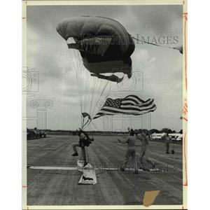 """1983 Press Photo United States Army Parachute Team, the """"Golden Knights"""""""