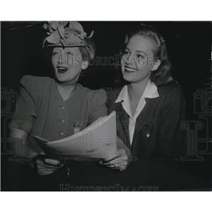 1942 Press Photo Hedda Hopper & Sharon Douglas for Hedda Hopper's Hollywood