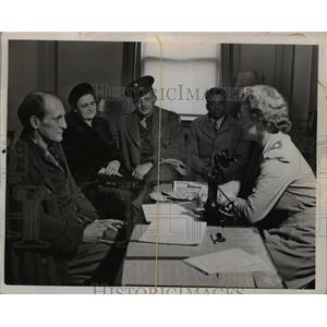 1944 Press Photo American Red Cross in DC Paul Schroeder, Mrs RH Fort
