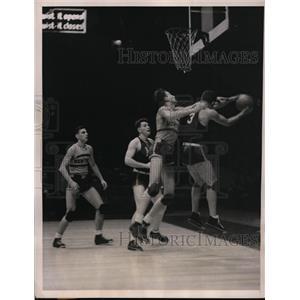 1937 Press Photo Irv Terjesen of NYU vs Manhattans Gene Kenney - nes41732