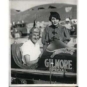 1933 Press Photo Wild Bill Cummings with Mada Borka after win, Helmet Dash Race