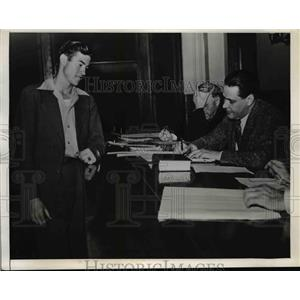 1942 Press Photo Jesse McComas sentenced to Donate blood for Blood Bank