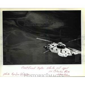 1982 Press Photo Coast Guard Copter Checks Oil Spill in Columbia River