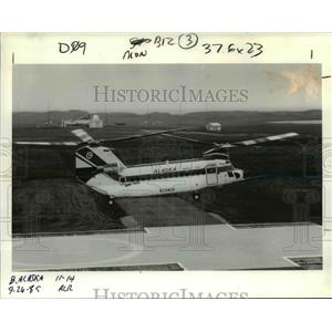 1985 Press Photo A Boeing 234 the helicopter loaded with workers takes off.