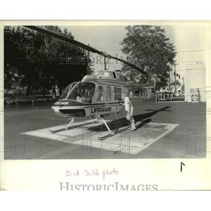 1984 Press Photo Matthew A Romberg, 11, of Pendleton looks a Lifeguard Helicopte