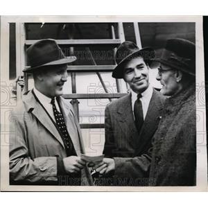 1946 Press Photo P.L.Cumming hand congratulating letter of new London Airport