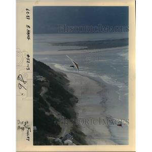1987 Press Photo Dick Gammon and Daryl Magnuson soar over the beach - orb15311