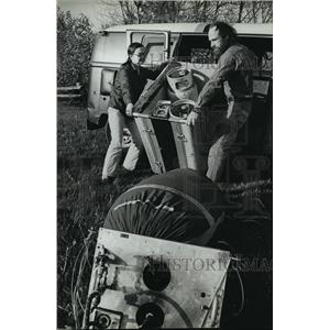 1981 Press Photo Winnie and Dirk Bakker load balloon, gear. - mja00643