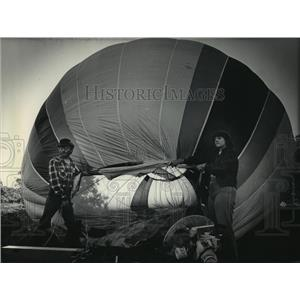 1984 Press Photo Blowers fans inflated the balloons - mja01067