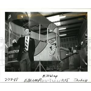 1988 Press Photo Jim Thiele shows off the dirigible Lightship gondola