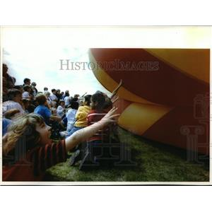 1994 Press Photo Children reach out to touch a hot air balloon before it goes up